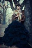 Portrait de fille féerique en fourrures dans la forêt d'automne images stock