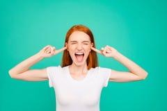 Portrait de fille folle et folle dans le T-shirt blanc, yeux fermés, oreilles images stock
