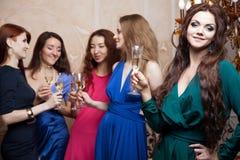 Portrait de fille gaie avec le champagne Images stock
