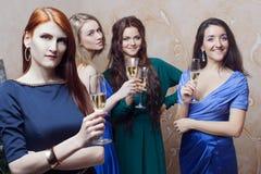 Portrait de fille gaie avec le champagne Photographie stock libre de droits