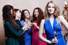 Portrait de fille gaie avec le champagne Image libre de droits