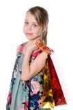 Portrait de fille heureuse avec des sacs en papier pour l'achat. Photo libre de droits