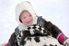 Portrait de fille heureuse de Nenets dans la robe du nord nationale Photos stock