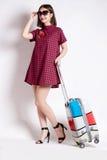 Portrait de fille heureuse partant en vacances marchant avec la valise et le sourire Photographie stock libre de droits