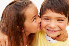 Portrait de fille hispanique embrassant le garçon Image libre de droits