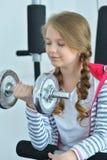 Portrait de fille de l'adolescence s'exerçant avec l'haltère photo stock
