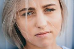 Portrait de fille mignonne avec la coiffure courte blanche Son visage de couverture de cheveux demi Elle regarde en avant images libres de droits