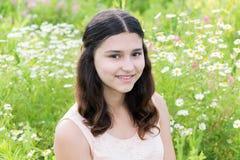 Portrait de fille mignonne avec la coiffure de longs cheveux sur l'extérieur Image libre de droits