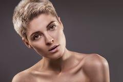 Portrait de fille naturelle blonde dans le studio images libres de droits