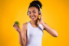 Portrait de fille noire écoutant la musique d'isolement photographie stock