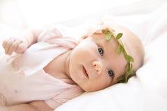Portrait de fille nouveau-née aux yeux bleus mignonne dans une robe rose un MOIS Photographie stock libre de droits