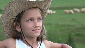 Portrait de fille de pays et s'érafler l'agriculteur Child Pasturing Animals 4K de cowboy de moutons clips vidéos
