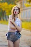 Portrait de fille rousse avec le maquillage lumineux Photo stock
