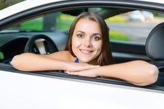 Portrait de fille se penchant sur la portière de voiture images stock