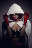 Portrait de fille sensuelle de vampire avec les lèvres rouges photographie stock libre de droits