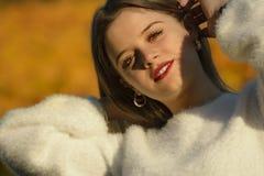 Portrait de fille de sourire dans la nature image libre de droits