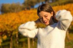 Portrait de fille de sourire dans la nature photographie stock libre de droits