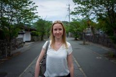 Portrait de fille sur la route japonaise photographie stock