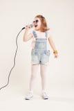 Portrait de filles chanteuses gaies Image libre de droits