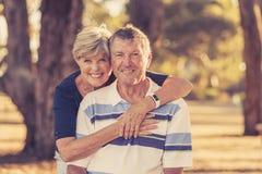 Portrait de filtre de vintage de beaux et heureux couples mûrs supérieurs américains environ 70 années montrant le smilin d'amour Photos stock