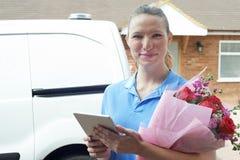 Portrait de fleuriste With Digital Tablet faisant la livraison à domicile de image stock