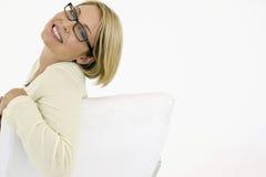 Portrait de fond de Smiling On White de femme d'affaires Photo stock