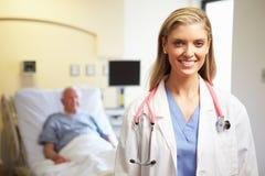Portrait de fond femelle de docteur With Patient In Image stock