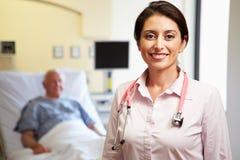 Portrait de fond femelle de docteur With Patient In Image libre de droits