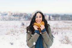 Portrait de fonte d'hiver de coeur de jolie jeune femme attendant Chr photos stock
