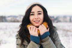 Portrait de fonte d'hiver de coeur de jolie jeune femme attendant Chr photos libres de droits