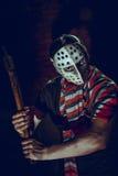 Portrait de fou avec la hache en sous-sol foncé Image libre de droits