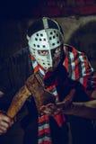 Portrait de fou avec la hache en sous-sol foncé Photos libres de droits
