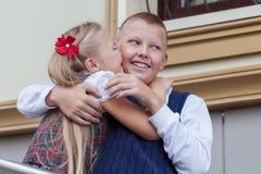 Portrait de frère et de soeur gais et heureux Photographie stock
