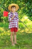 Portrait de garçon aux pieds nus sur la pêche Photographie stock