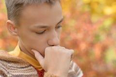 Portrait de garçon dans la prière de parc d'automne images libres de droits