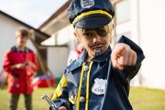 Portrait de garçon dans le costume de police Images stock