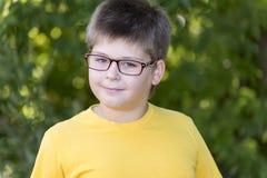 Portrait de garçon de 10 ans en parc Photographie stock libre de droits