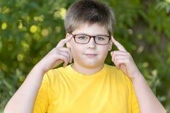 Portrait de garçon de 10 ans en parc Images libres de droits