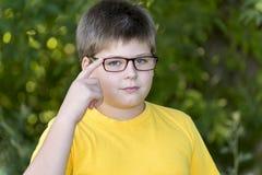 Portrait de garçon de 10 ans en parc Photos libres de droits