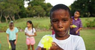 Portrait de garçon de sourire jouant avec l'arme à feu d'eau clips vidéos
