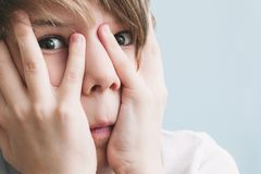 Portrait de garçon effrayé photographie stock libre de droits