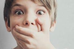 Portrait de garçon effrayé Concept d'émotion images libres de droits