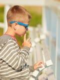 Portrait de garçon extérieur dans l'heure d'été Image stock