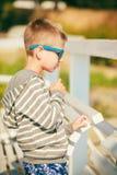 Portrait de garçon extérieur dans l'heure d'été photographie stock