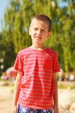Portrait de garçon extérieur dans l'heure d'été images libres de droits