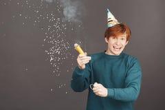 Portrait de garçon de gingembre sur l'anniversaire de dépense avec des amis en atmosphère chaude et heureuse Jeune roux attrayant Photo libre de droits