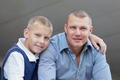 Portrait de garçon heureux de père et d'adolescent Photographie stock libre de droits