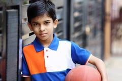 Portrait de garçon indien avec le basket-ball images libres de droits