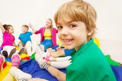 Portrait de garçon mignon jouant des jeux avec des amis Image libre de droits