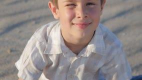 Portrait de garçon mignon sur la plage à l'été clips vidéos